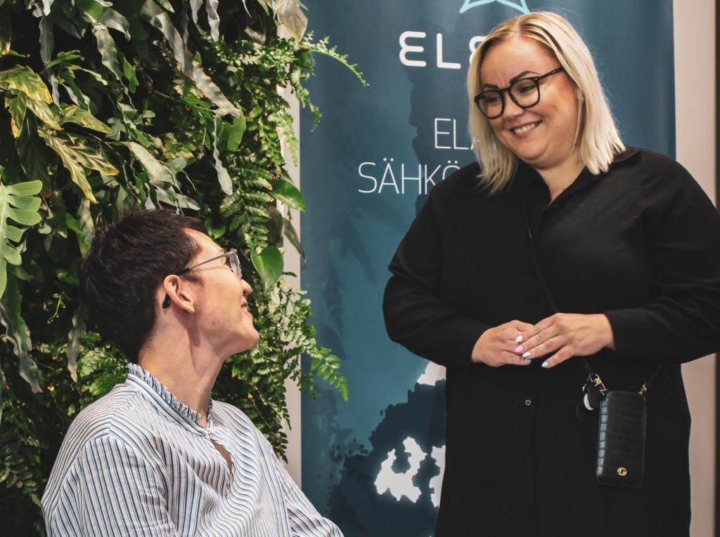 Elenian Tiia Asikainen ja Finlan työterveyspsykologi Miia Metsänen.