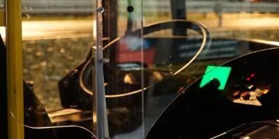 Vuorotyöläisen Mikan konttori eli linja-auton ohjaamo.